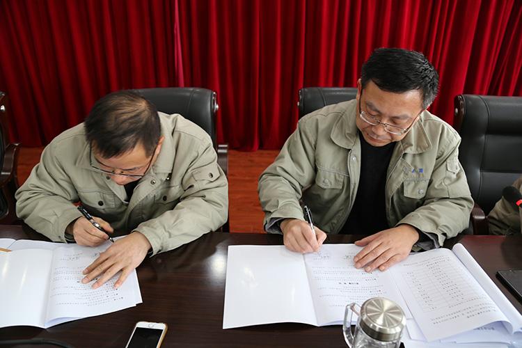 签订《集体合同》与《女职工权益保护专项集体合同》.jpg